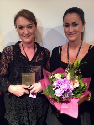 Amanda Andersson och Caroline Wågberg tog emot priset som visar att Make up store i Örnsköldsvik är världens bästa.