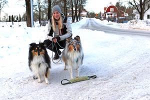 Carolina Jordell promenerar med sina två hundar Melvin och Fivel. Ofta kan det bli så mycket som fem timmars utevistelse per dag.