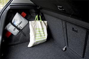 Matkassen hänger stadigt på en krok i Volkswagen Golf.