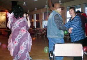 Mitt i dansens virvlar fanns i paret till vänster, Ulla Markusson, utklädd till prinsessa, och David Flodin som Thomas di Leva, och till höger cowbyen Kent Tåqvist dansande med Lena Olofsson.