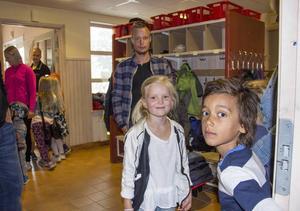 Det var trångt i korridorerna när skolan öppnades inför höstterminen. Men Stella Grundin och Lukas Olsson tycker bara att det är skoj.