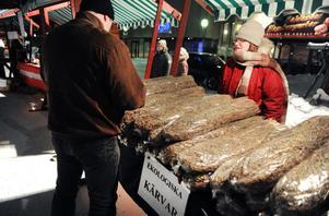 Moa Olsson stod på torgets julmarknad och sålde havrekärvar från Simeå.