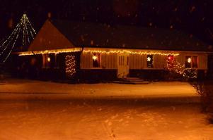 Julen har kommit till Strandlinjevägen i Hökåsen, nu fattas bara ett par dm snö till!