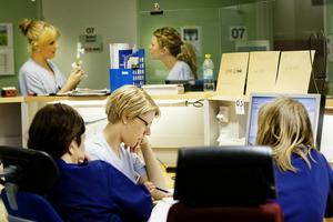 Länets sjukvård får ytterligare 25 miljoner kronor för att täcka ökade kostnader.