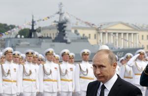 President Putin under flottans dag i St Petersburg. Östersjön blir ett övningsområde under Zapad-17.