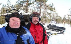 Sören Zetterström och Aku Raninen sköter spåren i Gyllbergen. De börjar sin arbetsdag tidigt och drar ut i spåren med skoter. Foto: Johhny Fredborg