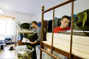 Jesper Svedberg och Simon Broström har frivilligt sökt sig till Försvarsmakten för att genomföra den grundläggande utbildningen för soldater. Första dagen handlade mycket om att få ordning på all utrustning.Foto: Ulrika Andersson