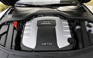 Det finns egentligen inga skäl att lyfta på motorhuven eftersom du i princip inte kan göra något annat själv än att fylla på vätskor. Locken till dessa skulle lika gärna kunna nås från utsidan, som på lillebror Audi A2.