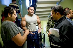 Dakhar Kahlid, till höger, delar med sig av information i en av trappuppångarna. Det är många frågor som behöver få svar.