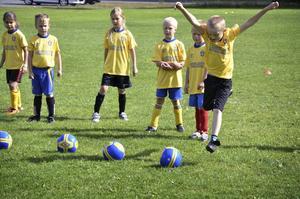 Skottvillig. Under hela den här veckan är det fotbollsskola på Ramundervallen i Laxå.