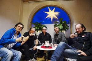 Från vänster: Elvis Koskinen (Erik Koskinen), Jan Francisco (Jan Bengtsson), Lars Vegas (Lars Gustafsson), Frigge Friggelito (Lars Fregelin) och Martin Bianco (Martin Andersson).