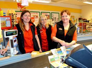 De tre deltidsanställda tror och hoppas på att nyordningen ska gynna butiken i Sörsjön fr v butikschefen Marie Kivimäki, Inger Eriksson och Annika Skoog.