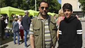 """""""Jag tycker att man måste lära sig svenska lagar, för att livet blir lättare när man lära sig lagar"""", säger 50-årige Mothana Fawaz, här med 14-årige sonen Ahmad."""