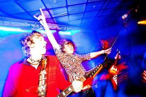 Jetbone      Rock'n roll och fotokonst i lycklig förening, i kväll, fredag. Så här heter det på Facebook-sidan: Med nytt material och ny konstellation spelar Jetbone live på Galleri Granen i centrala Sundsvall. Välkomna!