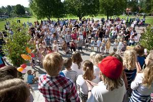 finsång. Efter skolavslutningen i kyrkan fortsatte firandet på Sätra skola, dit många föräldrar och syskon kom för att fika och lyssna på elevernas sommarsånger.