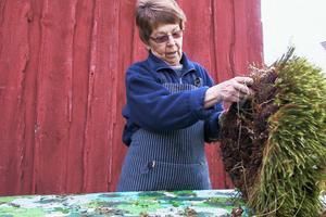 Eva Jonsson flätade en mossmatta av björnmossa. Mossan hade hon varit ute och tagit i onsdags.