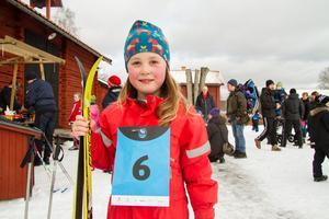 Elsa Bergkvist, 6 år, ville så gärna åka skidor att hon hann med några uppvärmningsvarv innan loppet startade.