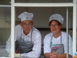 Ronny Orvendal och Annika Krispinsson sålde korv på löpande band.