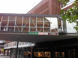 Ruffino ligger på Stora gatan, i glasgången mellan Punkt och Gallerian.