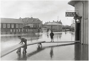 Holmtorget med auktionskammaren och Falubron i bakgrunden. 1926. Foto: Albin Hedling
