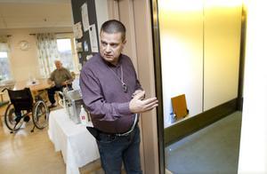 Stigslunds verksamhetschef Bo Österholm visar boendet för GD.