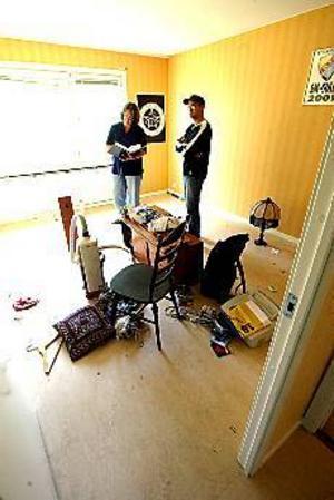 Husesyn. Gavlegårdarnas Pia Berglund inspekterar Joakim Hansens lägenhet inför utflyttning. Det blev lite bakläxa.Foto: NICK BLACKMON