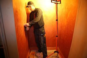 Rörmontör Peter Svensson för de sista installationerna i i duschen där väggarna har gjorda enligt den gamla marockanska tekniken tadelakt.