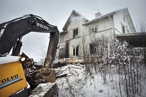 En grävmaskin användes till att ta bort byggnaden med flisanläggningen.