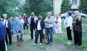 Ett 50-tal personer deltog i Fest i Heby-invigningen. Till vänster ÅC Danell och Sonja Petersson, längst till höger författaren Barbro Lindgren.Foto: Ingalill Forss Norberg