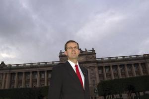 Lennart Sacrédeus anser det är ovärdigt en demokrati att inte ordna säkra bostäder åt landets främsta företrädare.