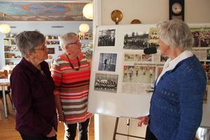 Anna Nygårdh, Ann-Marie Franzén och Gun Persson tittar på kort från när Nybo gymnastikförening började. Då var både Anna och Gun med, Ann-Marie tillkom senare men har lett gympapassen i 40 år.