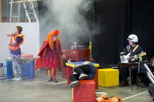 Eldsvådan gör entré. Sara Norling är farlig i röken, medan Rebecka Steen (Slarvig) och Olivia Koba (Duktig) inte märker något. Musiker från Kulturskolan, bland annat basisten Rimo Pajunen, kompade.Foto: Margareta Andersson