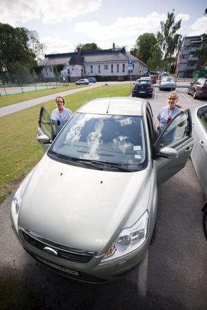 Sirpa Stefanius Kangas och Birgitta Ölund tar bilen från Södertull till patienterna i Bomhus.