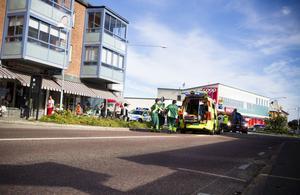 Den påkörda kvinnan var vid medvetande då hon fördes i ambulans till sjukhus.