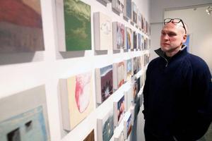 När Hans Kvam ställer ut måleri för första gången på 20 år slår han till med närmare 150 nya bilder.
