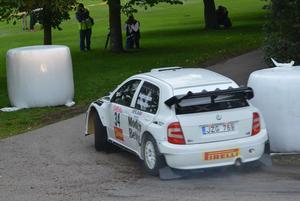 Efter ett års uppehåll är P-G Andersson tillbaka med full kraft i Rally-SM då han efter första dagens tre sträckor leder finalen i Linköping, före nykorade världsmästaren Pontus Tidemand.