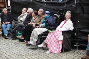 Ärkebiskop Antje Jackelén (tredje från vänster) och hennes gemål njuter av Hälsinglands teatertraditioner.