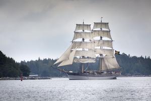 Briggen Tre Kronor af Stockholm lade på tisdagen till i Hudiksvall.