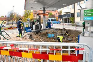 Stort jobb. Mer diesel och mindre 95-oktanig bensin ska det bli när grävjobbet är klart om sju veckor.
