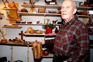 Enar Philipssons källare är fylld av vackert hantverk och i handen håller han ett stop av eneträ.