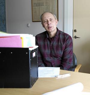 Miljöchefen Göran Eriksson hoppas att de nytagna vattenproverna ska leda fram till svaret på frågan om varför Skråssbäcken i Grängesberg stinker avlopp.