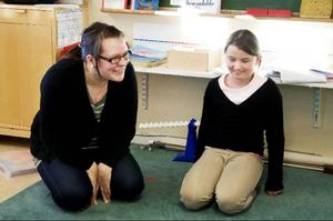 """""""Alla ligger på olika nivåer, bland annat på grund av åldersskillnaden. Det gäller att försöka göra undervisningen utmanande samtidigt som alla måste kunna hänga med"""", säger läraren Katarina Päiviö."""