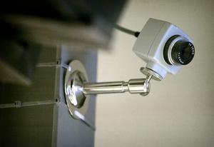 Kameraövervakning i samhället blir allt vanligare. Universitetssjukhuset i Örebro har fått tillstånd att sätta upp fyra kameror inne och utanför akutmottagningen vid sjukhuset. Datainspektionen är kritisk mot bildinspelningen, och har överklagat länsstyrelsens beslut.