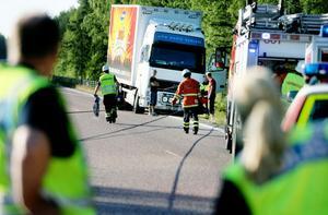 Räddningstjänsten från Söderhamn var snabbt på plats och rensade olycksplatsen. Vajerräcket låg tvärs över vägbanan.