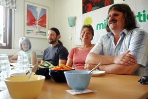 ÖPPNA. Håkan Thomsson, Jenny Lundström, Pär Lindqvist och Brita Kajrup i Miljöpartiet i Tierp kan tänka sig samarbete med både de röda partierna och den borgerliga alliansen efter valet.