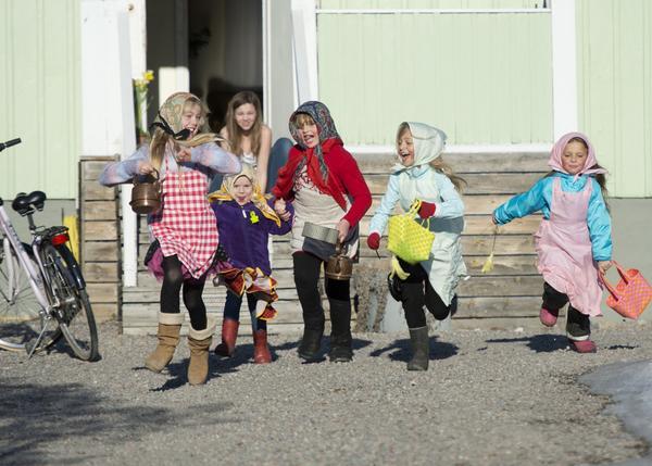 Fem glada påskkärringar springer vidare efter att de fått godis