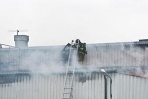 Några av de 16 brandmän som arbetade med att hejda branden.