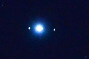 Tittar man ca. 20 grader till vänster om månen så ser man tydligt planeten Jupiter som nu är nästan full, och tittar man runt Jupiter så kan man se några av dess månar Io, Europa och Gandymedes på bilden om jag inte tar fel.Ni på VLT borde kunna ta en mycket bättre bild natten mot tisdag som skall bli klar, jag klarade denna bild med en 200 mm lins. Gör ni det tar jag inte illa upp.