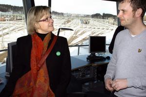 Infrastrukturminister Åsa Torstensson (C) och Stefan Huss från Green Cargo i Hallsberg.