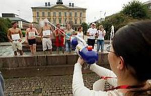 Bonuspoäng? Under årets nollning av de nya studenterna vid Högskolan i Gävle ingick fontänbad som en aktivitet. - Får man bonuspoäng om man tar av sig kalsongerna?, undrar en av killarna. Foto: LARS WIGERT